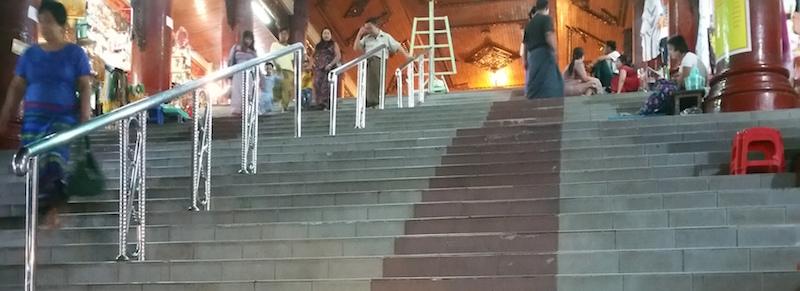 内部への階段
