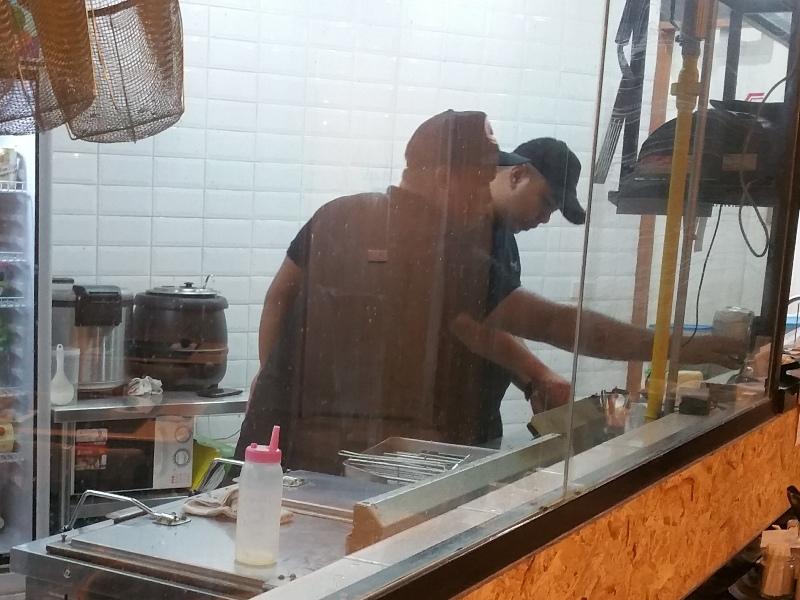厨房で調理するスタッフ