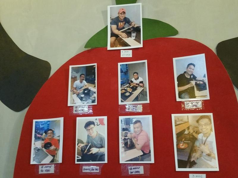 壁に貼られた記念写真