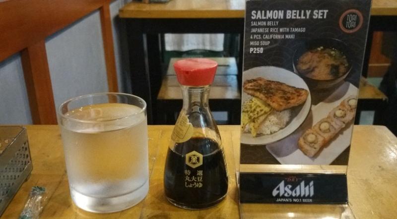 テーブルのお水、醤油、メニュー