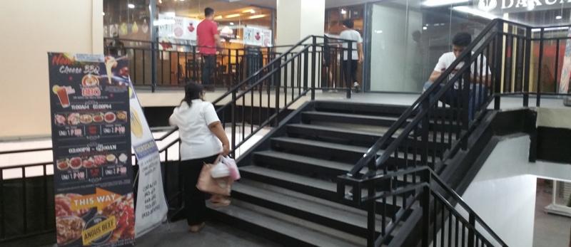 シネマスクエア内階段