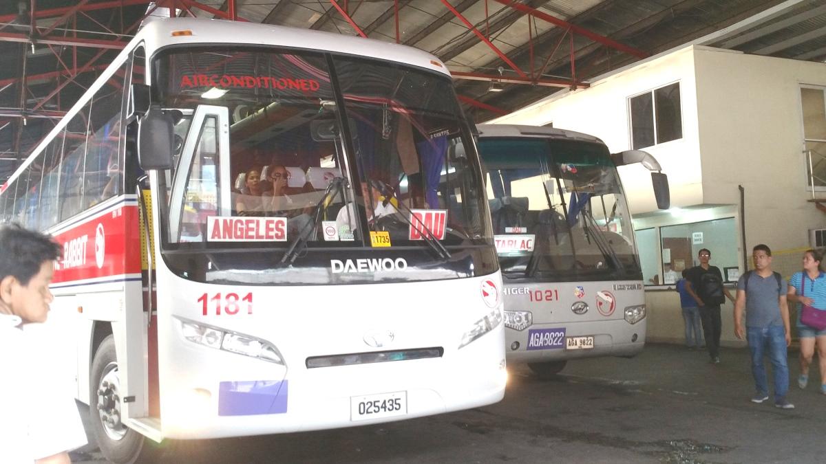 マニラの停留所に停まるバス