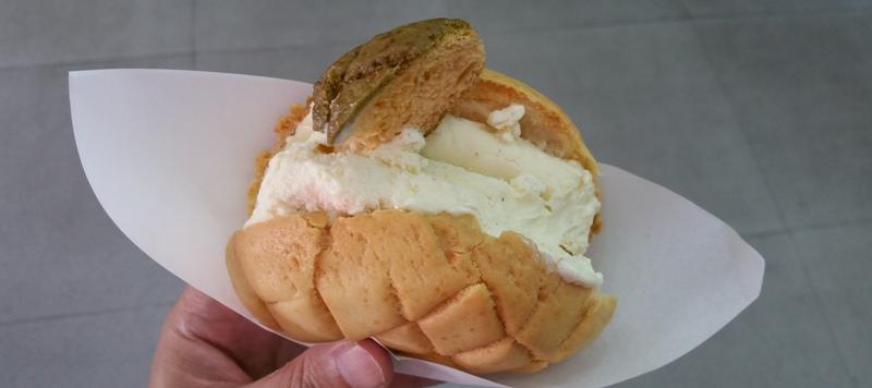 パンでジェラートを食べる