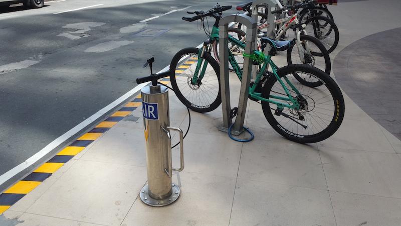 路上に駐輪された自転車