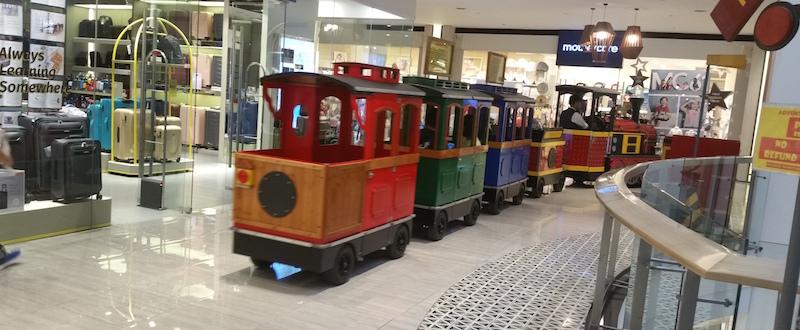 イーストウッドモールの屋内電車