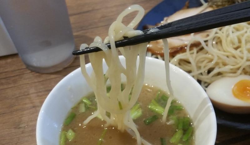 スープにつけた麺