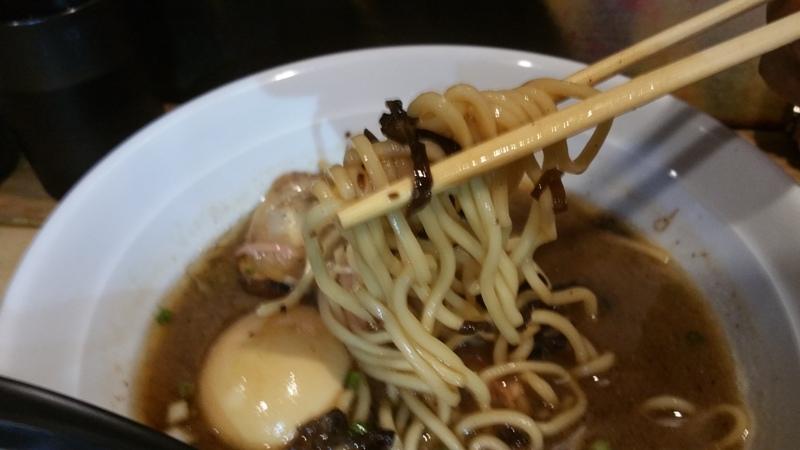 豚骨醤油ブラックラーメンの麺
