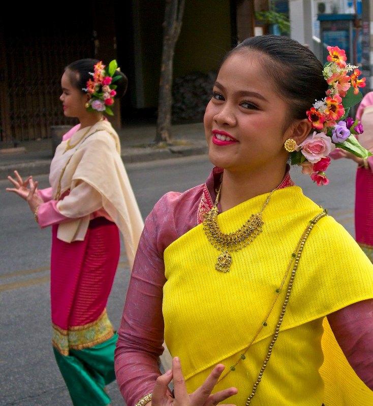 タイの路上で踊る人