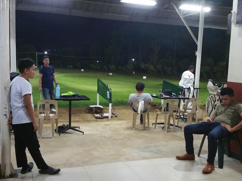 ゴルフ練習をする人たち