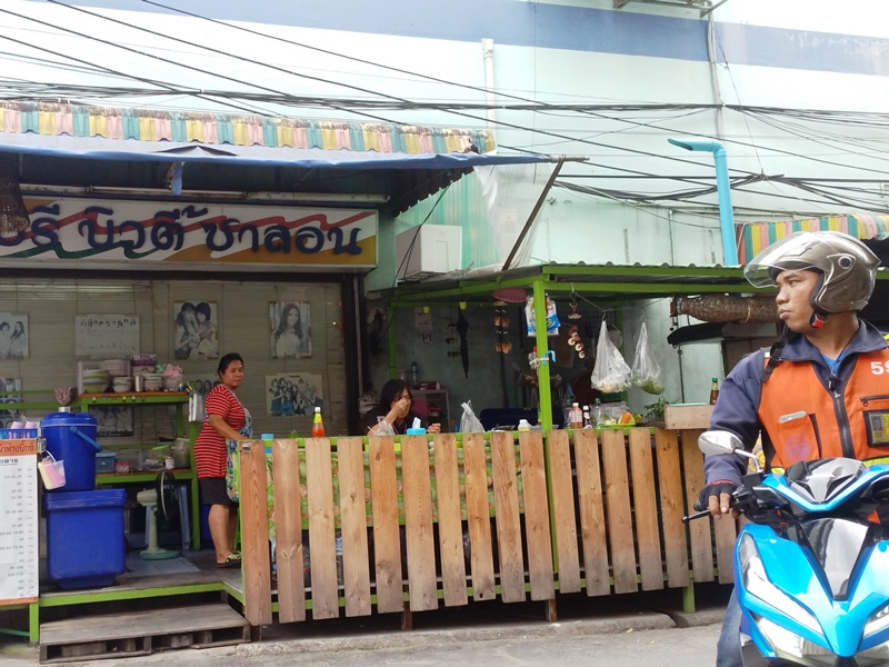 Local food stalls in On Nut