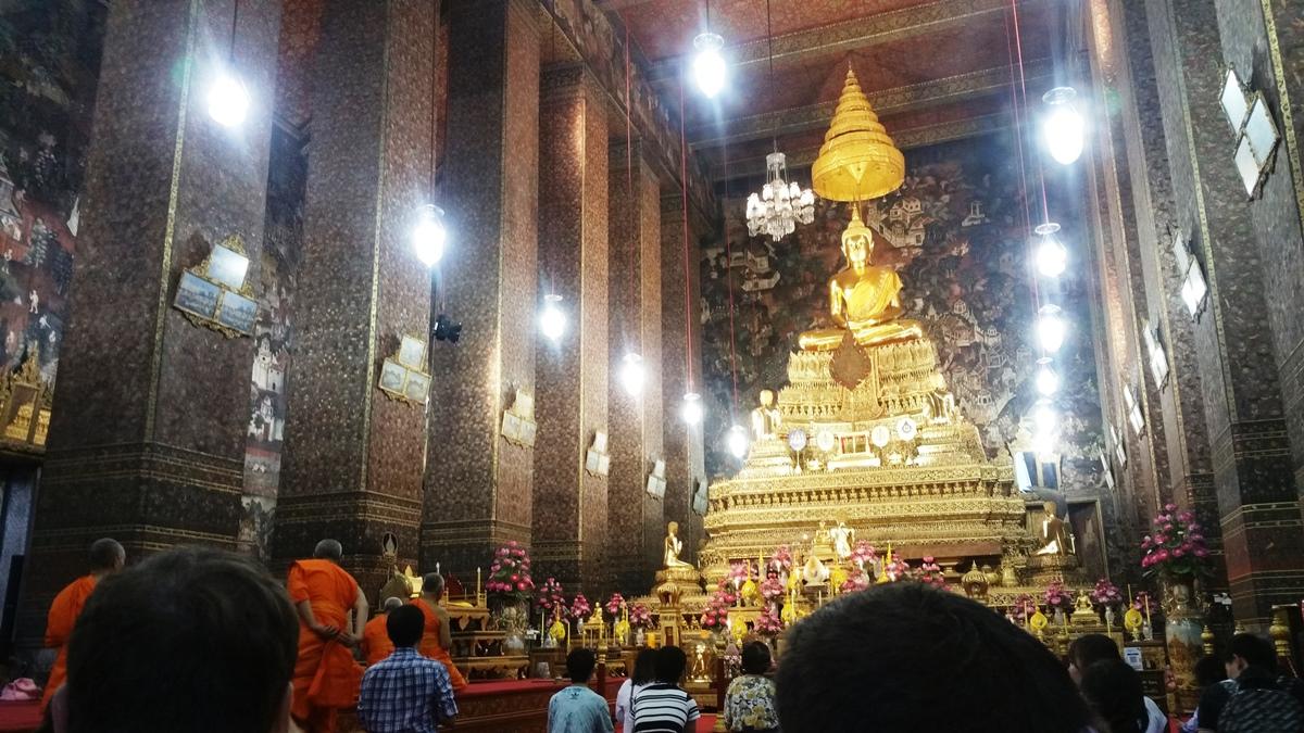 黄金像を参拝する人