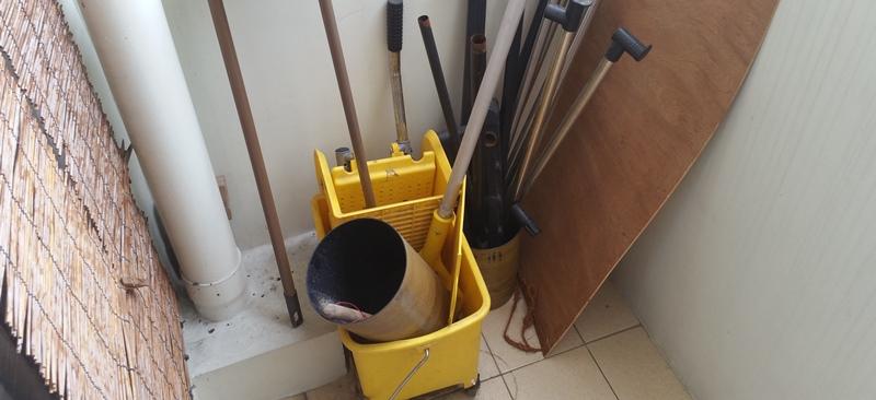 バケツ、モップ、ゴミ箱