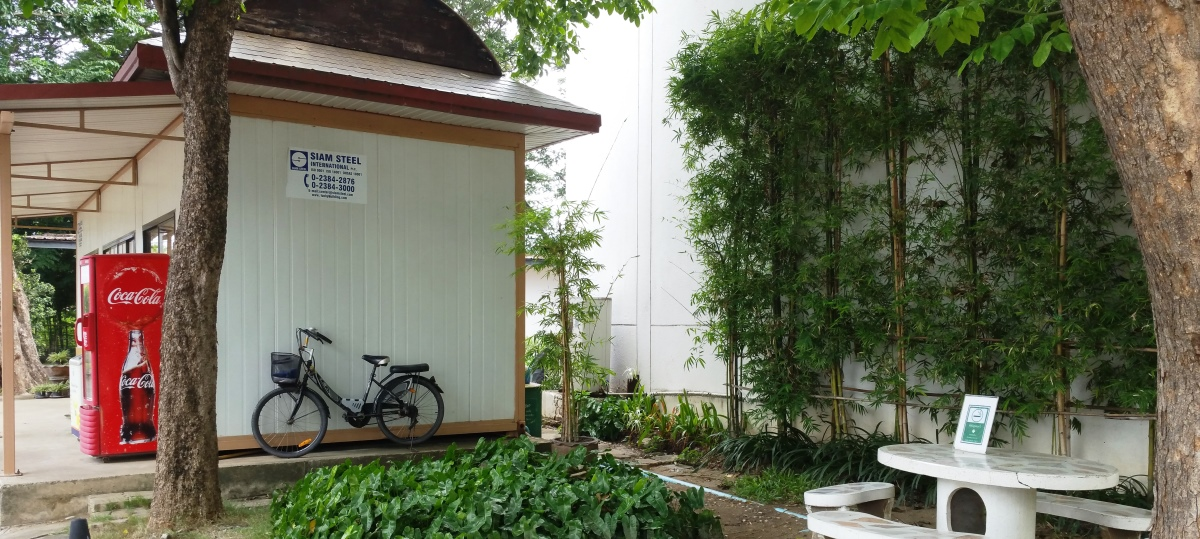 日本人村のトイレと自販機