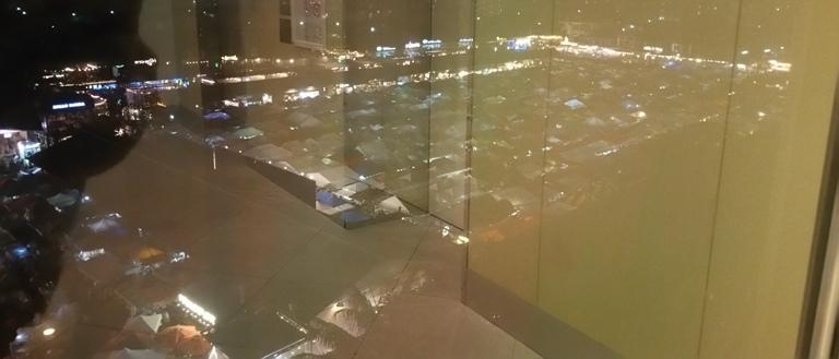 窓越しの夜景