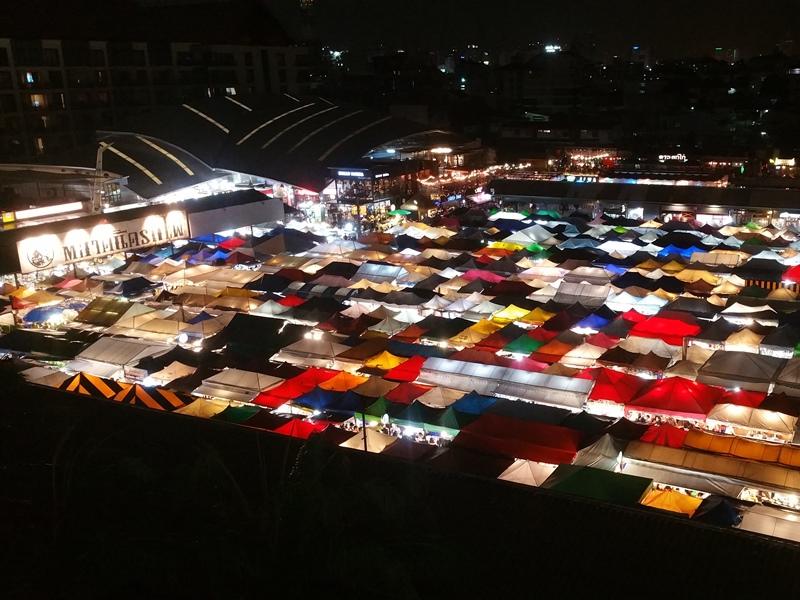 鉄道市場の夜景