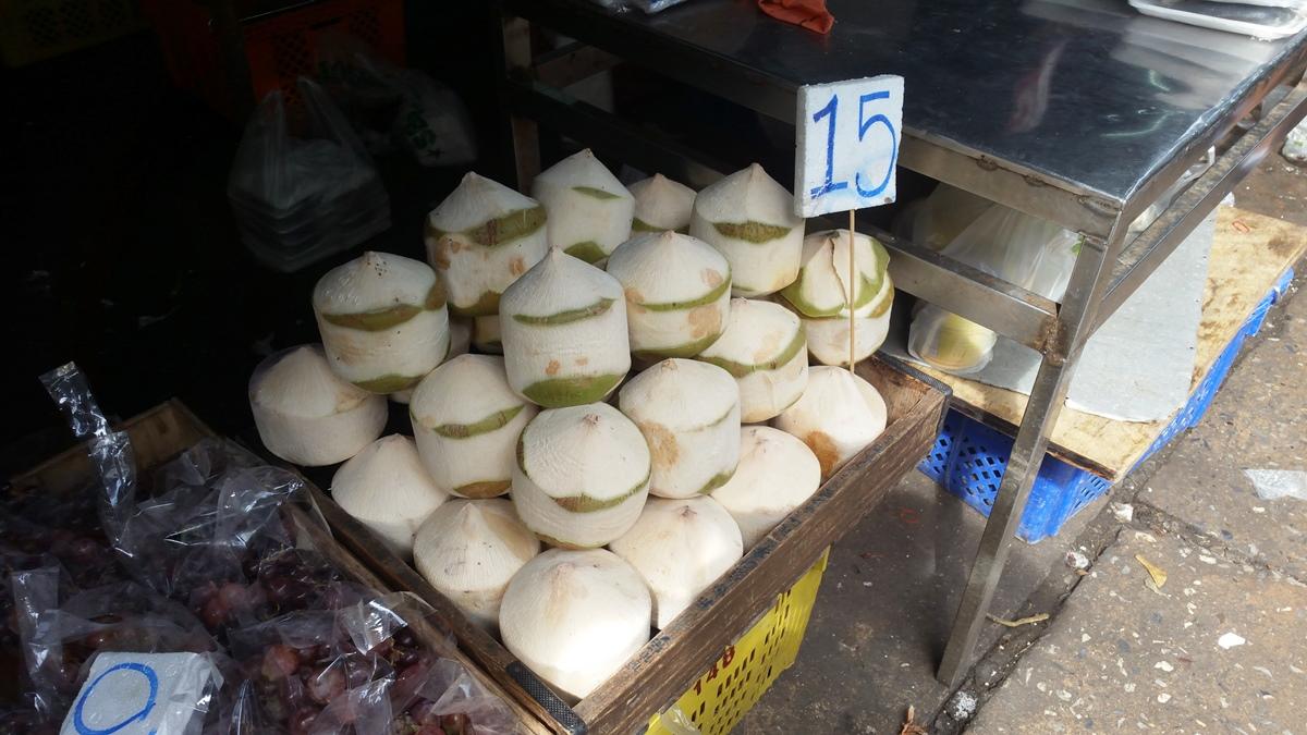 クロントーイ市場のココナッツ