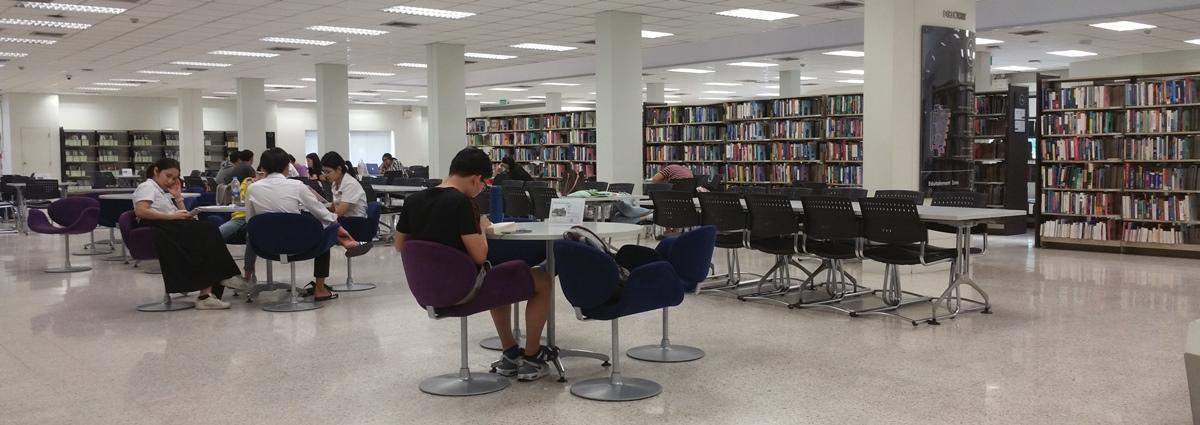 図書館で勉強する学生