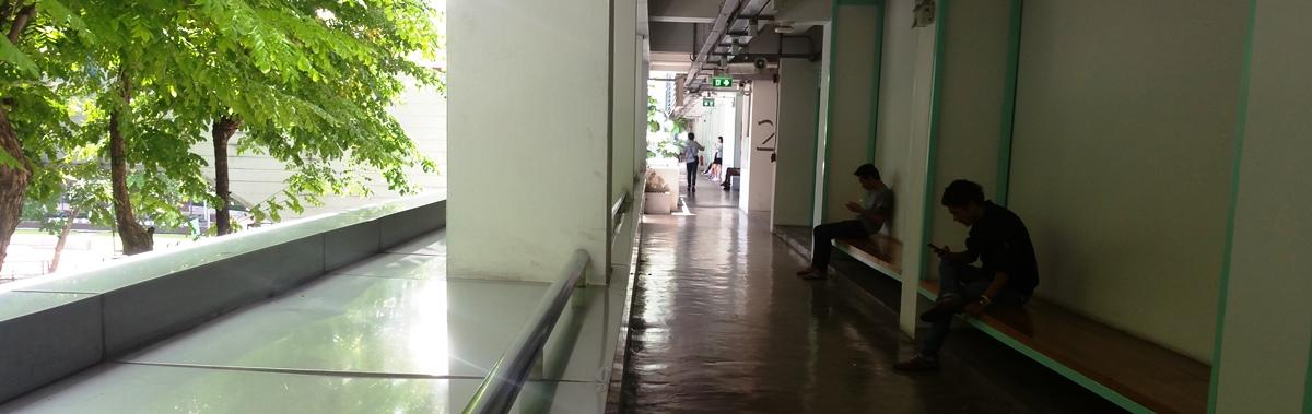 キャンパス建物内廊下