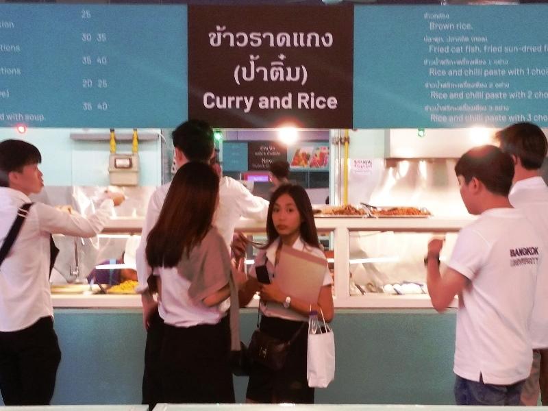 食堂で買い物をする女学生