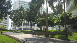 フィリピン留学マニラでの通学用コンドミニアム。「あれっ、ここリゾートホテルだっけ」みたいな感じ。