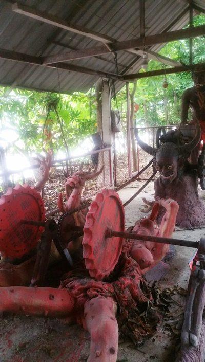 歯車にひかれる銅像