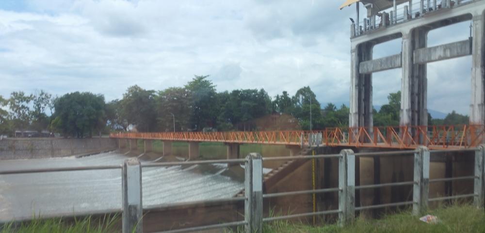 ダム近くの道路