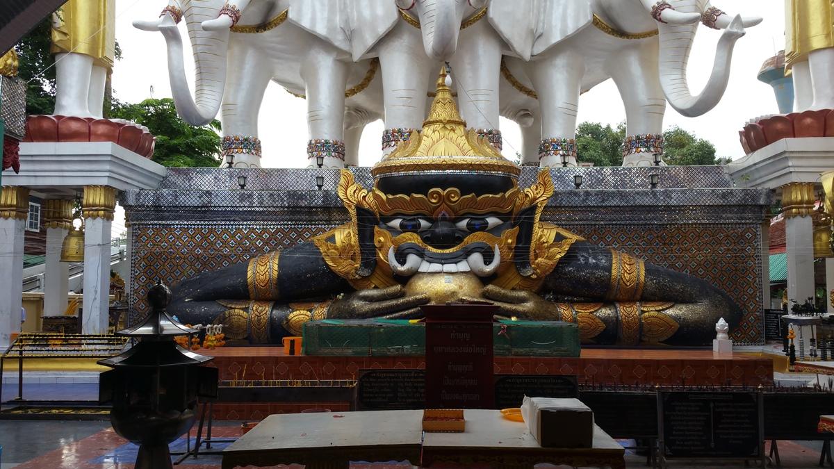 象に乗った仏像
