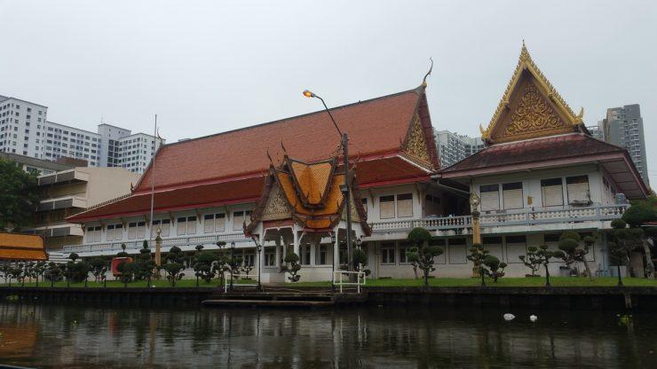 川沿いの寺院