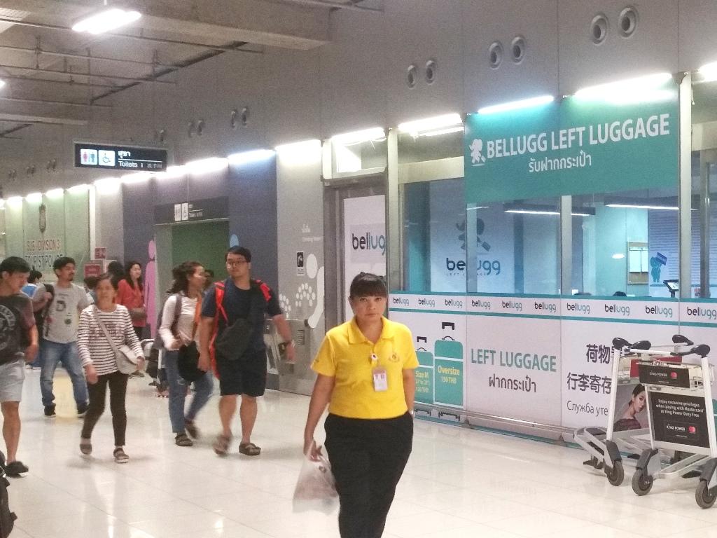 スワンナプーム空港を歩く人