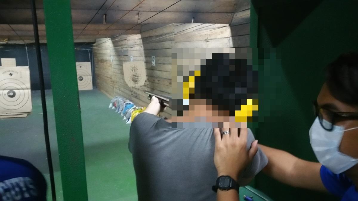 ショットガンを撃つ人