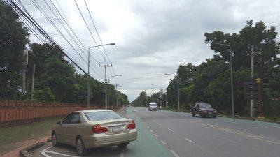 アユタヤウィッタヤーライ学校前の道路に停まる車