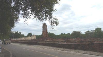 ワットロカヤスタの仏塔と涅槃像の後ろ姿