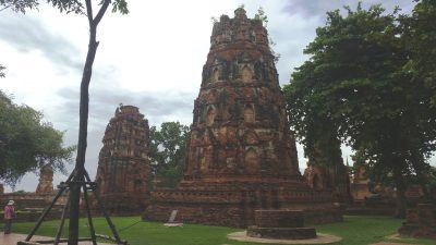 The chedi just inside the entrance.