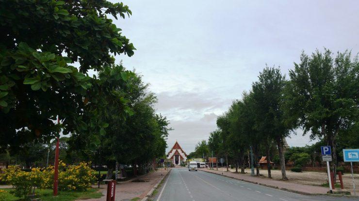 ワット・プラモンコンボピットを正面に見る道路