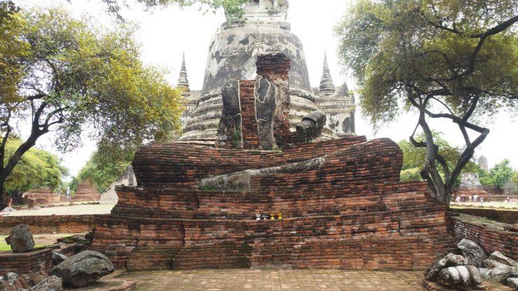 上半身を破壊された仏像