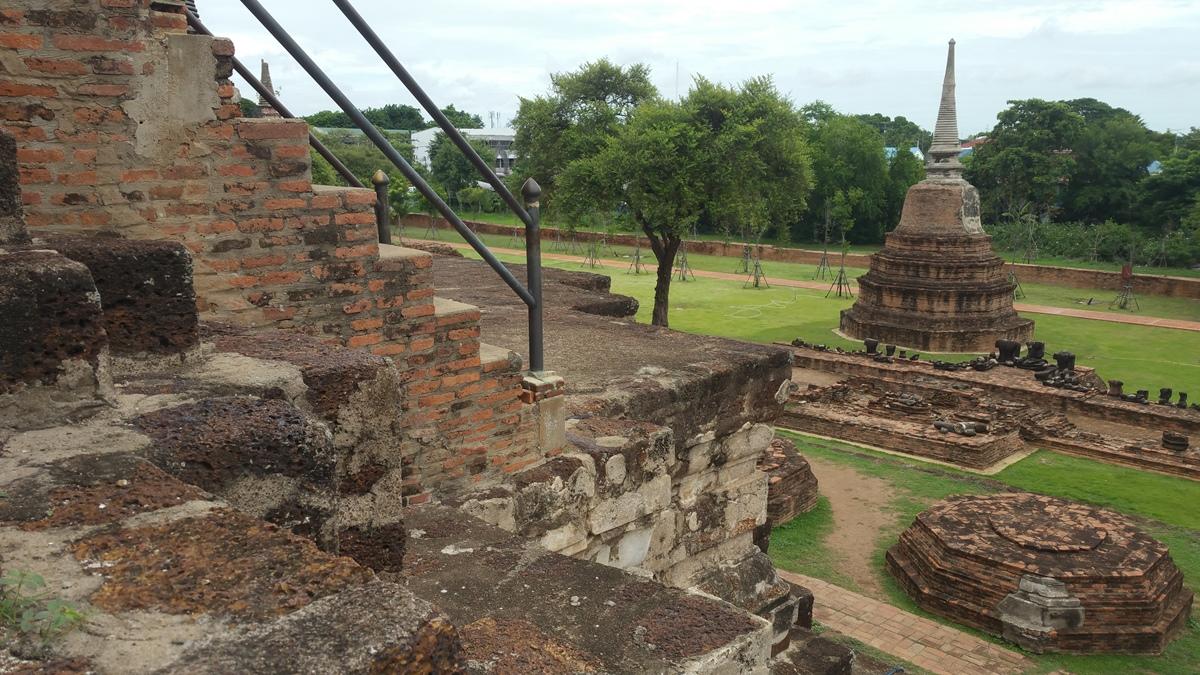 寺院内のストゥーバ