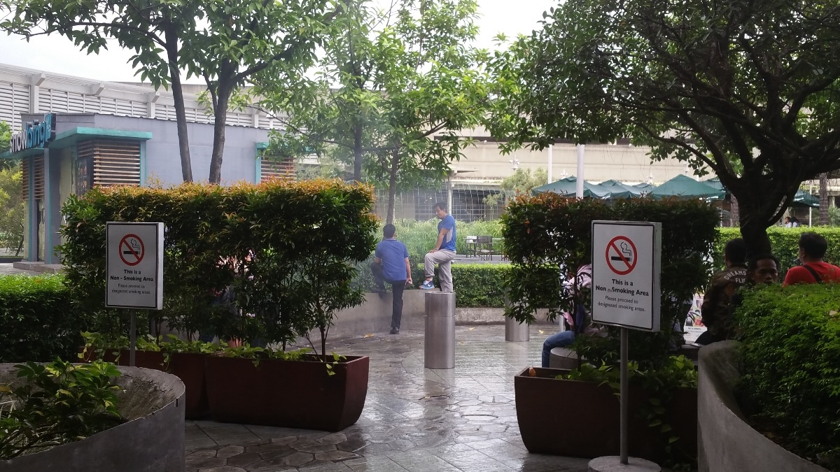 フィリピンのモール屋上の喫煙所