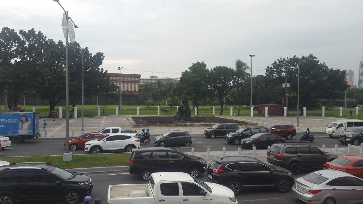 フィリピン国立博物館前の渋滞と銅像