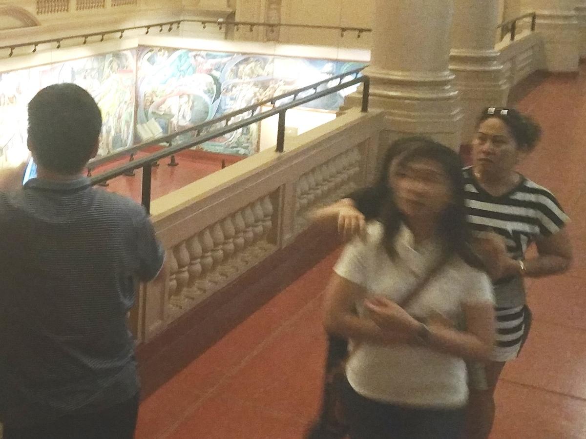 フィリピン国立博物館上院セッションホールで観覧する人たち