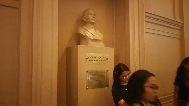 フィリピン国立博物館上院セッションホールのマヌエル・L・ケソン像