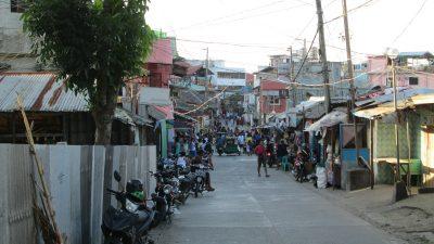 サバンビーチの市場前道路