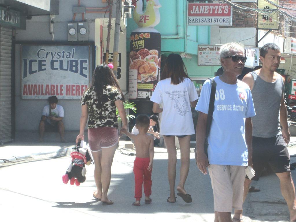 フィリピンの街中を歩く人たち