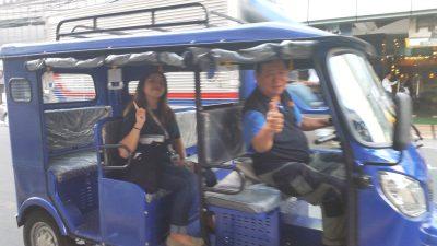 ピースする運転手と乗客