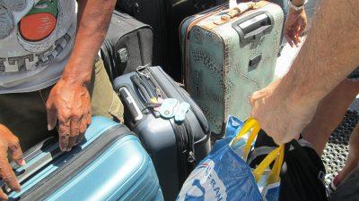 荷物を勝手に持つ人たち
