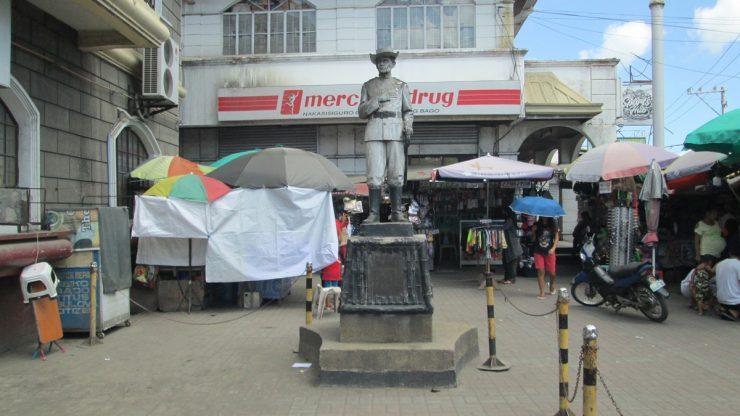マーキュリードラッグ前の銅像