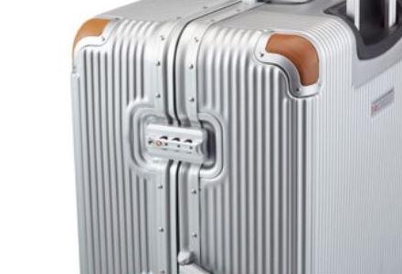 フレームタイプのスーツケースを横から