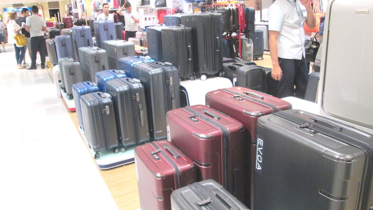 スーツケース売り場の大中小バラエティに富んだスーツケース