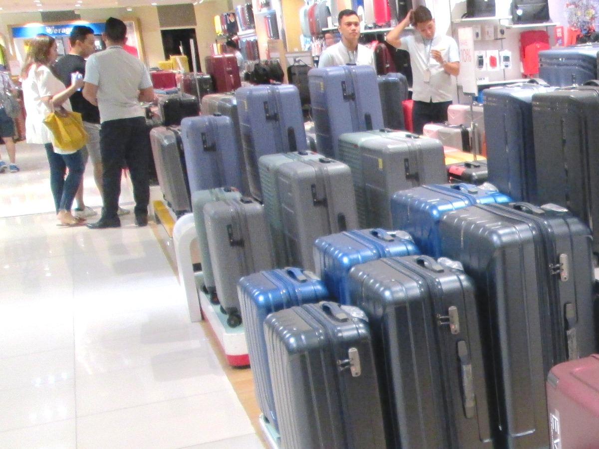 フィリピンのデパートのスーツケース売り場