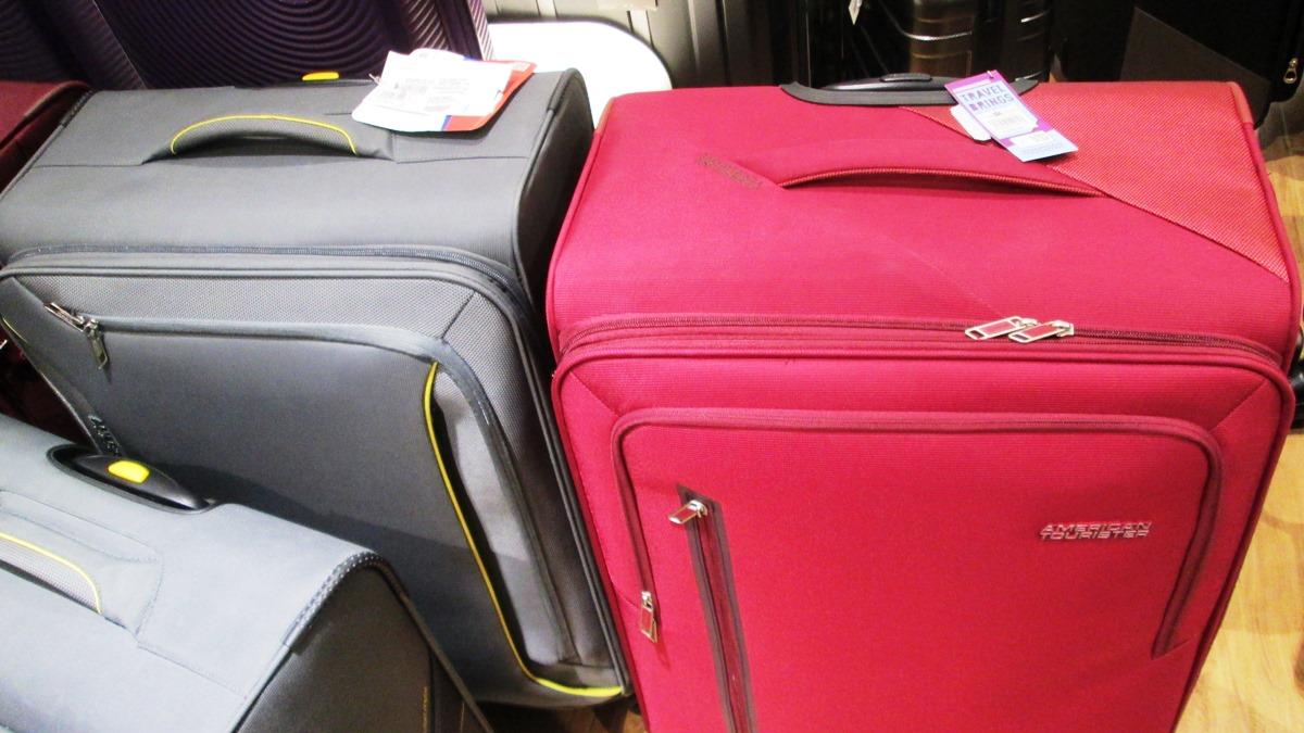 2つ並んだスーツケース