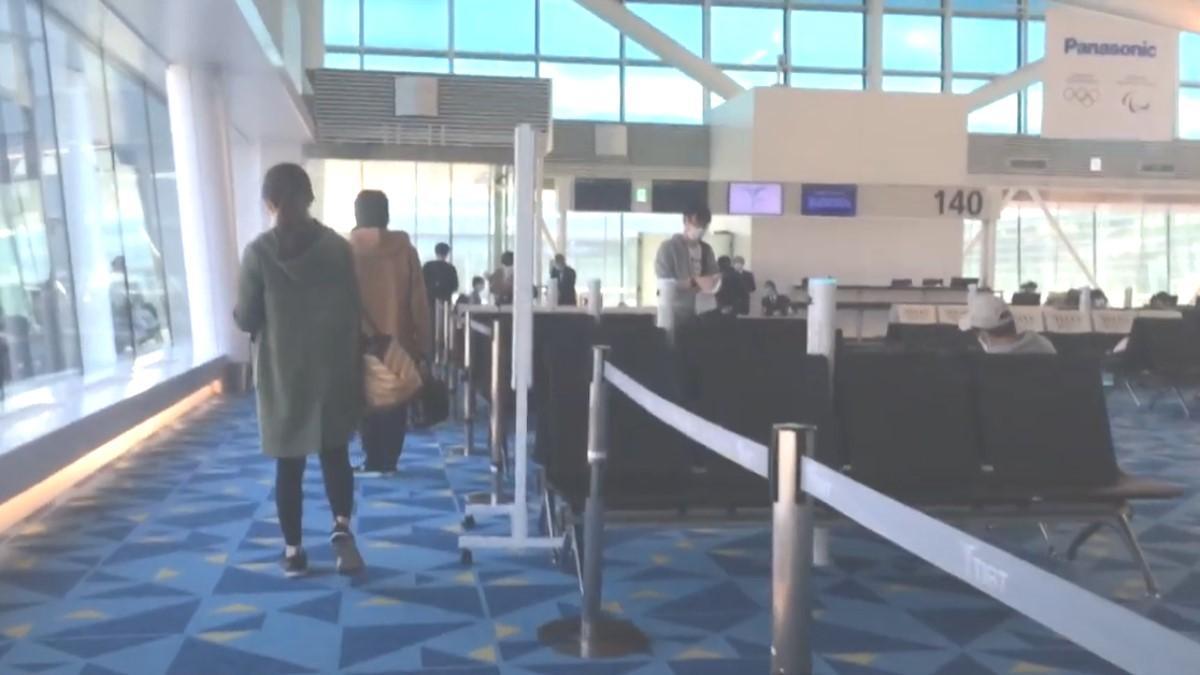 羽田空港のPCR検査へ向かう人々